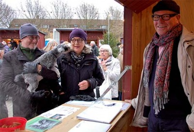 Finfrämmad vid boden: Mångåriga ordföranden Bodil Holmström med maken Hans och vovven Siiri.