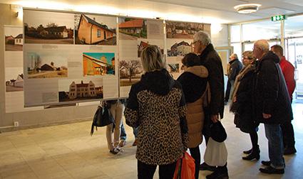 """Många stannade till och tittade på utställningen """"Prisbelönta hus i Limhamn"""". En utställning som föreningen tidigare haft tillsammans med Limhamns Miljöförening."""