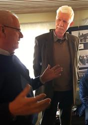 Kjell Larsson i samspråk med sjömannen/fotografen Christer Andréason.
