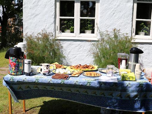Kaffekalas skulle det vara i trädgården. Med sju sorters kakor, Precis som vid invigningen av klubbhuset på Lernacken 1958.