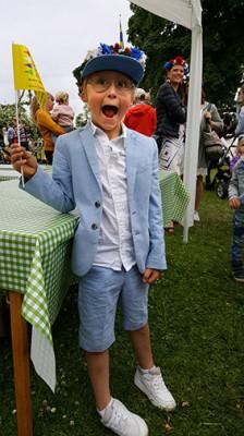 Oliver Everlönn stod i glasskön och viftade med vimpeln som berättade om På Limhamns arrangemang Hamnfestivalen senare i sommar.