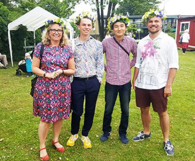 Bland de första som kom, var kompisarna Lotta Aronsson, Hannes Wiklund, Yuta Arakava och Simon Wikland. Yuta var anledningen till besöket. Han kommer från Japan och vännerna ville så gärna visa honom hur man firar en svensk midsommar.