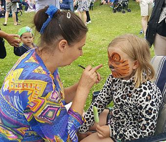 Har man så fina tigerkläder på sig, får man ju bli en tiger i ansiktet också. Här blir Sonja Engström, 8 år sminkad.