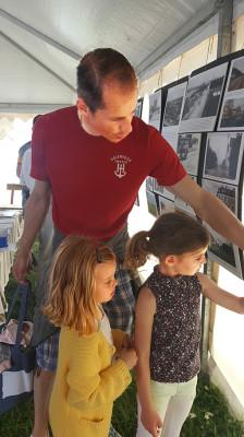 Serge Greydanus diskuterar utseende på fönster med sina barn.