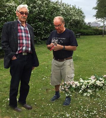 Stig i den lummiga trädgården på Soldattorpet. Här med Arne framför den scherrsminhäck som Stig hjälpt till att plantera.