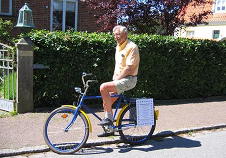 Stig var alltid redo att hjälpa Limhamns Museiförening. Här tar han en cykeltur och passar samtidigt på att göra eklam för något arrangemang på Soldattorpet.