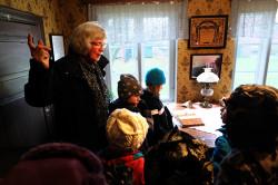 Barnen gjorde stora ögon när Elisabeth berättade historien om Anders och Anna som bott i huset med sina 10 barn. Om deras liv i kärlek och sorg.