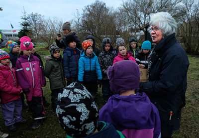 Elisabeth Ivansson berättade för barnen i klass 1B från Glasbruksskolan om Soldattorpets trädgård.