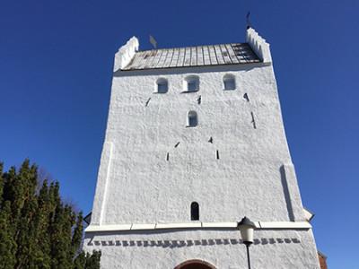 Kyrkans torn på V Klagstorps kyrka är trappgavelformat och vitkalkat. Mycket tyder på att det ursprungligen byggts som ett försvarstorn och är det som finns kvar av den ursprungliga kyrkan,
