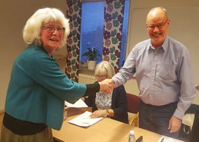 Nyvalda ordförande Elisabeth Ivansson tackar mötesordföranden Lars Hedåker för hans insats.