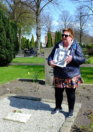 Jeanette Rosengren, vår guide, visar en bild på poeten Hjalmar Gullberg.