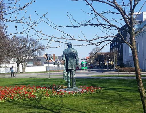"""I dag står R F Berg och skådar över """"sitt"""" Limhamn från parken vid Linnégatan."""