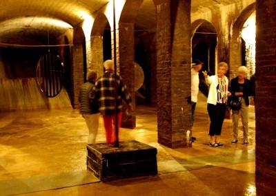 Nere i Cisternerne är det fuktigt, mörkt och spöklikt. Man är glad att man inte lämnas ensam där nere.
