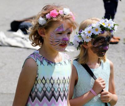Två flickor som blivit målade av Annette.