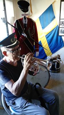 Inne på Torpet sitter Thorleif Åkesson och spelar. -Thorleif säger att det var den han spelade på i sina ungdoms dagar, men att den inte var spelad på sedan 50 år, vilket märktes! Munstycket är inte original till Bb-kornetten, men till ett jägarhorn. Munstycket är svarvat! Menar en annan kornett-spelare, Johanna Lundberg.