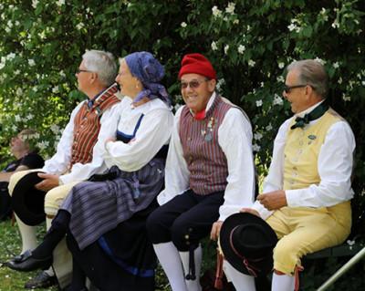 Folkdanslaget tar sig en välbehövlig paus.