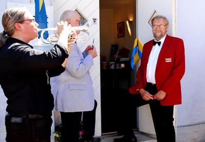 Johanna Lundgren ser till att invigningen av utställningen om Limhamns Brassband sker till musik. På söndag visar hon utställningen.