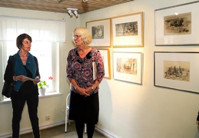 Veronica Ripa, Hjalmar Aspes barnbarn, och Elisabeth Ivansson invigningstalade vid vernissagen av utställningen om Hjalmar Asp.