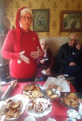 Kerstin Bjurnemark berättade om julens kakor. Mest om pepparkakan, som från början användes för att bota diverse sjukdomar. Allt ifrån svagsinthet till magknip.  Det fanns läkare som skrev ut kakan på recept att hämta ut på apoteket.