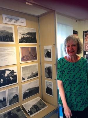 Anneli Henning visar foton på sin fars bror, som arbetade på Limhamns flygindustri på Ön.