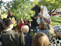 Elisabeth förvandlar sig till Elisabeth, prångaren, inför barnens ögon.