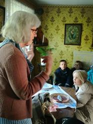 Inne i Torpet berättade Elisabeth om Torpet och om vem som bott där.