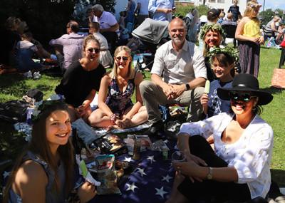 Här sitter familjen Wennolf med vänner från USA, som dessutom har två aupair-flickor med. - Ett fantastiskt arrangemang. Kul att visa våra internationella gäster.
