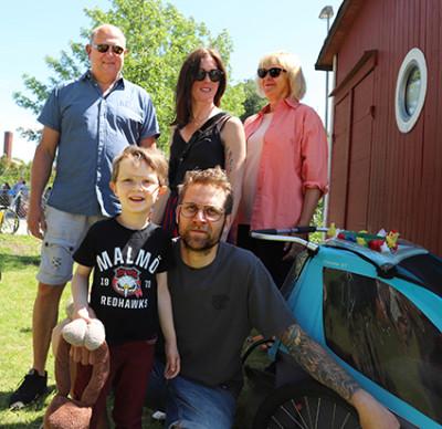 Familjen Persson Björk ställer upp för en lagbild. Göran, Paulina, Annika. Sittande: Walle och Per. En stark uppställning!