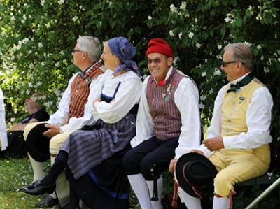 Det var varmt förra året. En paus i skuggan unnade sig Trehäradsbygdens Folkdansgille.