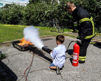 Medlemmar från Svedala räddningskår ger tips om hur man ska lyckas stoppa elden.