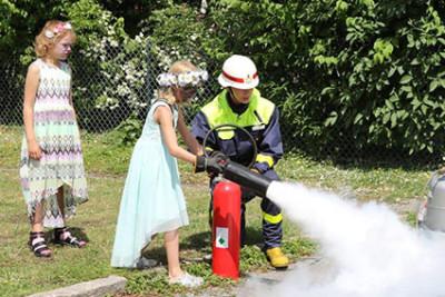 Det är rejält tryck i en brandslang, kan flickorna konstatera.