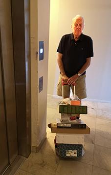 Billy var först till hissen med sin last.