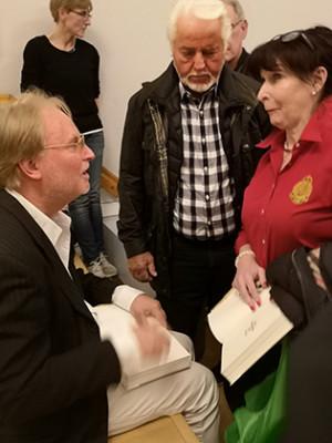 Lennart Hygerth och Bitte Kimrin var först och fick sin bok signerad.