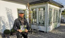 Ulla Hårde vid ett av de Prisbelönta husen, som också står beskrivet i boken.