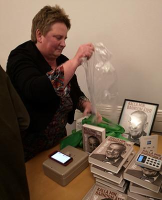 Bokförläggaren Jeanette Sosengren hade att stå i. Kön växte lång oh efterfrågan på Jan Sighurds bok var stor.