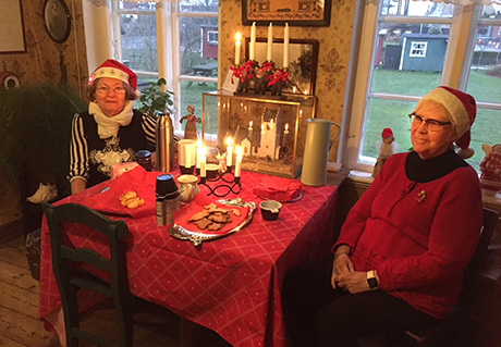 Kerstin och Marianna bjöd gästerna på lussekatter och pepparkakor.