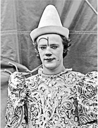 Toni Rhodin som den vite clownen.