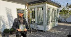 Ulla Hårde framför ett av de prisbelönta husen.