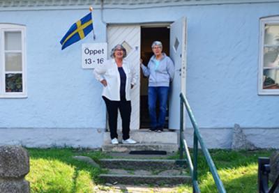 Värdinnorna Mona och Siv hälsar hjärtligt välkomna till Soldattorpet på Limhamnsvägen.