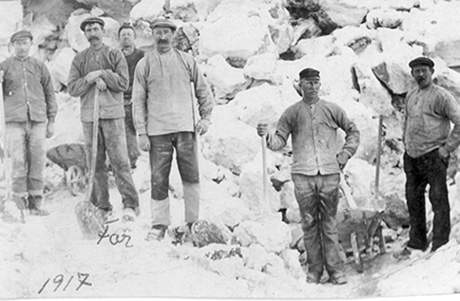 Text på baksidan av fotot: Morfar arbetade i kalkbrottet i många år sedan kom han till Gödningen, där blev han sjuk fick ont i örat och spanska sjukan. Dog den 5 november 1920. Mor fick Ulla 24/12 1920. Kommentar: Morfar hette Olof Gotthard Persson.