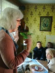 Elisabeth Ivansson berättar gärna om Torpet. Här för elever på Glasbruksskolan.